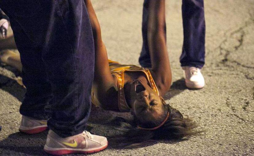 Una mujer en shock emocional es auxiliada. (Agencias)