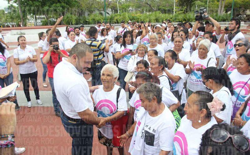 Issac Janix Alanis, candidato independiente, es acompañado de ciudadanos simpatizantes frente al Palacio Municipal. (Israel Leal/SIPSE)
