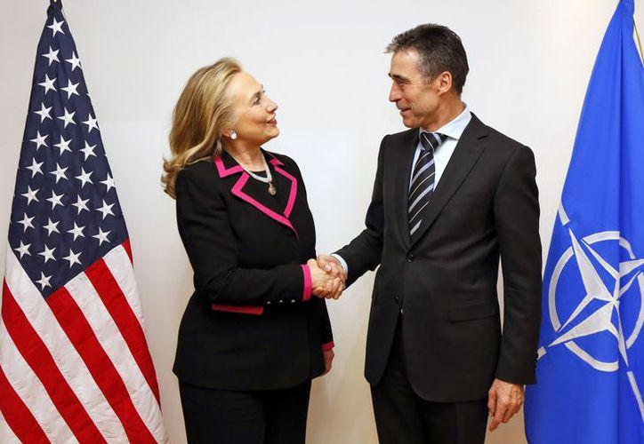 La secretaria de Estado norteamericana, Hillary Rodham Clinton, estrecha la mano del secretario general de la OTAN Anders Fogh Rasmussen. (Agencias)