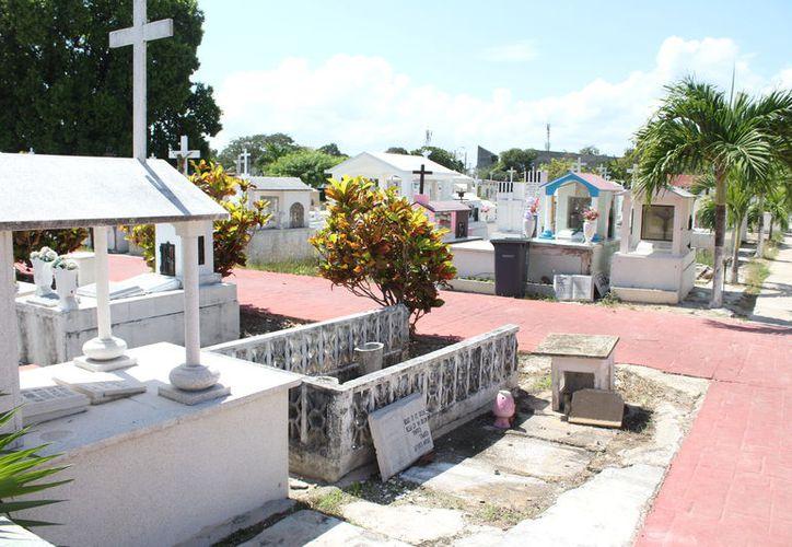 El panteón municipal cuenta con una capacidad de dos hectáreas, con más de 80 años de antigüedad, y es la última morada de más de 15 mil cuerpo. (Joel Zamora/SIPSE)