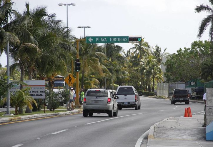 La medida pretende evitar que automovilistas y conductores de autobuses circulen a gran velocidad por la zona hotelera. (Tomás Álvarez/SIPSE)