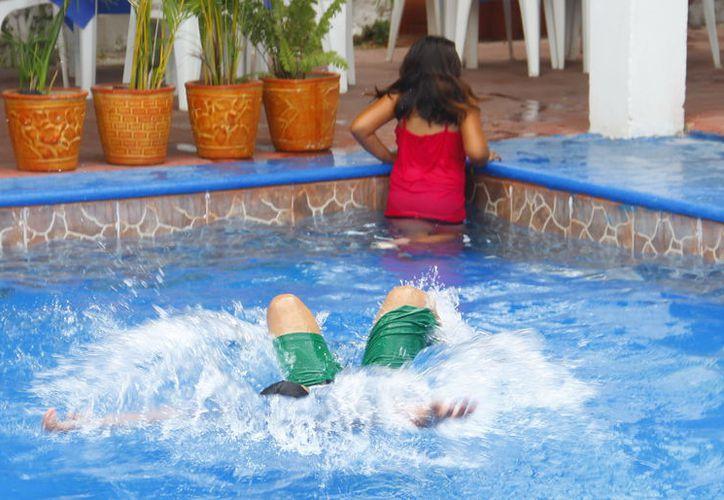 En esta época es común que los meridanos usen sus piscinas. (Milenio Novedades)