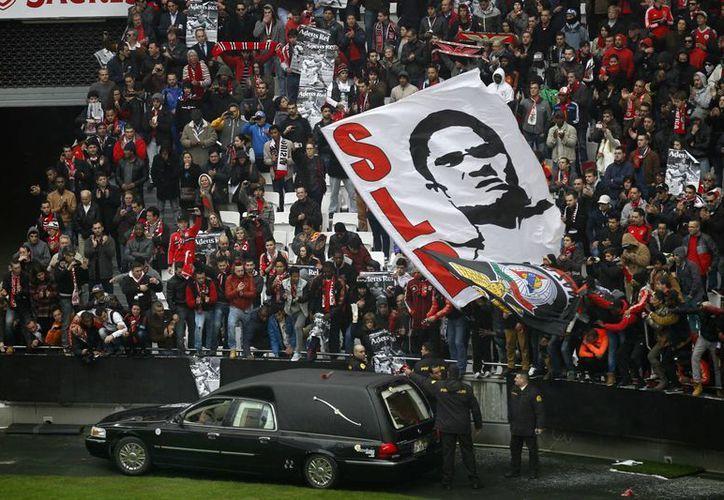 Los asientos del Estadio de la Luz, en Lisboa, han empezado a ocuparse por aficionados a la espera del acto conmemorativo para dar el último adiós a Eusebio, figura del Benfica en los años 60. (Agencias)