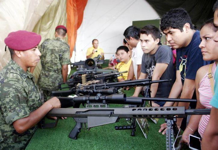 Los jóvenes conocieron las armas exclusivas de las Fuerzas Armadas. (Christian Ayala/Milenio Novedades)