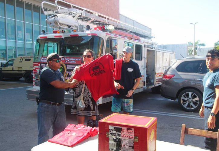Esta semana y la próxima (de lunes a viernes) los bomberos recibirán donativos en el estacionamiento de un supermercado ubicado en la avenida Rafael E.Melgar con calle 11. (Gustavo Villegas/SIPSE)