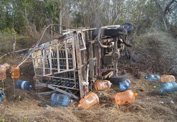 """En el accidente se lesionaron  dos repartidores y un sujeto que les pidió un """"aventón""""."""