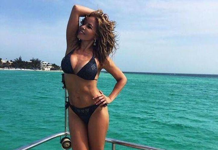 La cantante lució su figura en un bikini negro. (Twitter/@TrevilandersGT)