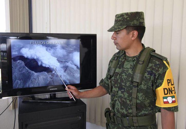 Elementos del Ejercito supervisan las 24 horas la actividad del volcán Popocatépetl, desde el centro de monitoreo de la 25 zona militar. (Notimex)