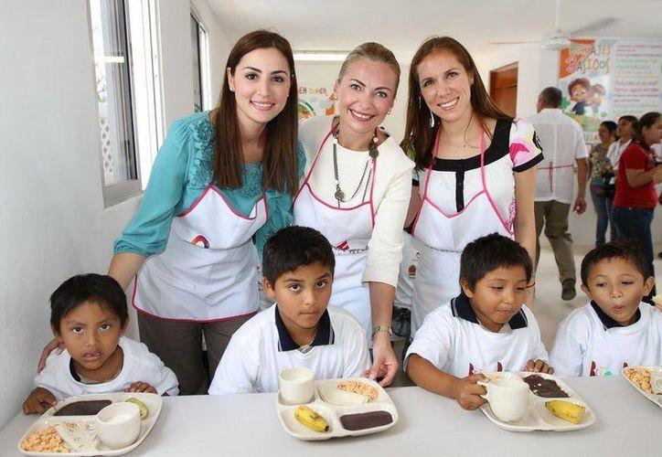 Mariana Zorrilla de Borge, Sara Latife y Atenea Gómez Ricalde,  con algunos niños posaron para la foto. (Cortesía/SIPSE)