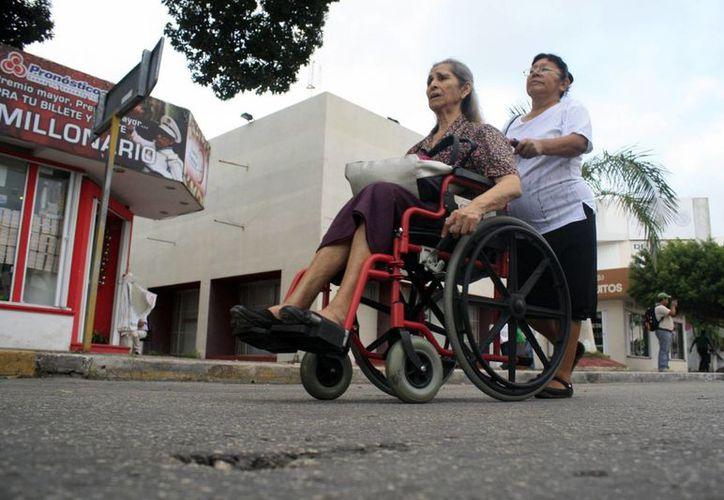 """""""Se hizo un traje a la medida con base en las necesidades de las personas con discapacidad"""", dijo Rolando Zapata. (Milenio Novedades)"""