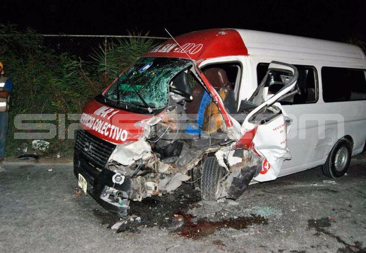 El accidente ocurrió en la carretera de Isla Blanca, la cual se ecuentra completamente bloqueda. (Foto: Enrique Castro)