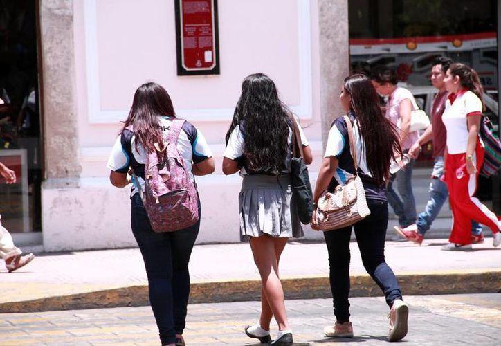 Miles de jóvenes presentaron examen para ingresar a preparatoria (Milenio Novedades).