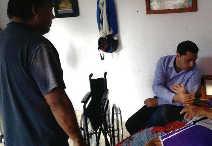 El diputado Mauricio Vila entregó el apoyo al adulto mayor en atención a una solicitud de vecinos de la colonia Francisco I. Madero. (SIPSE)