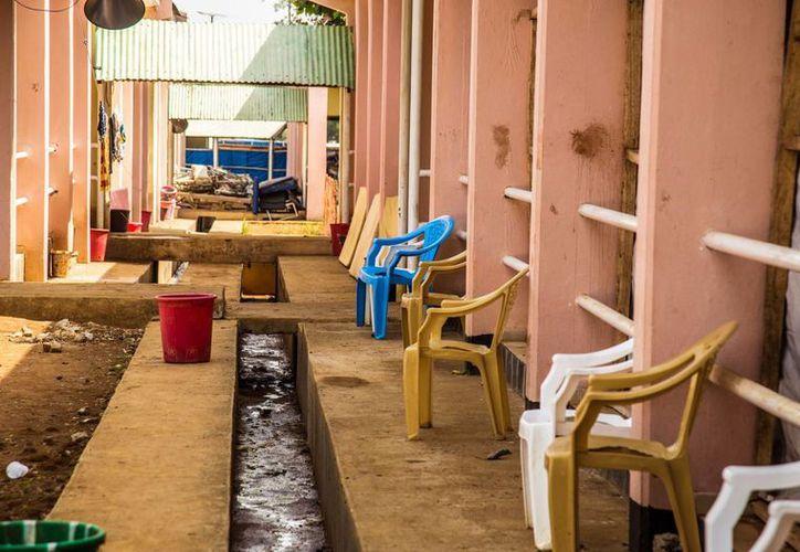 En imagen del 23 de enero pasado, una zona de recuperación del ébola luce vacía en Freetown, Libera. (Agencias)