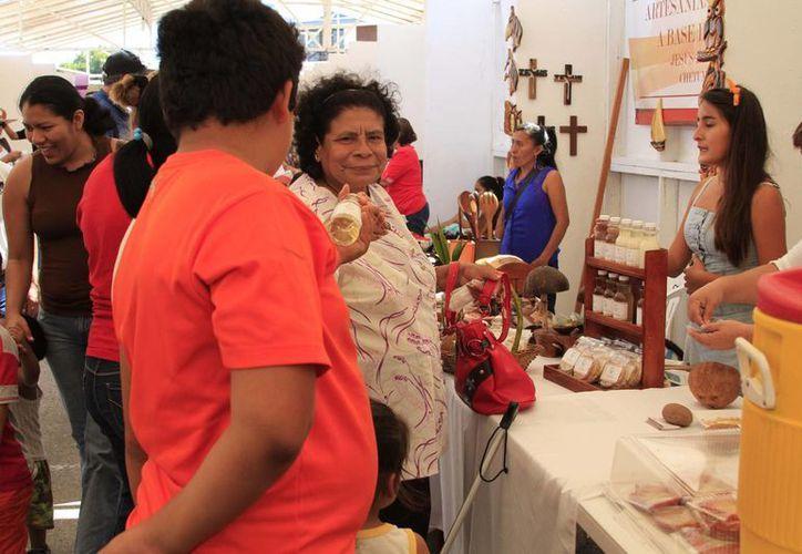 Los participantes en la feria ofrecieron una diversidad de productos derivados del coco. (Harold Alcocer/SIPSE)