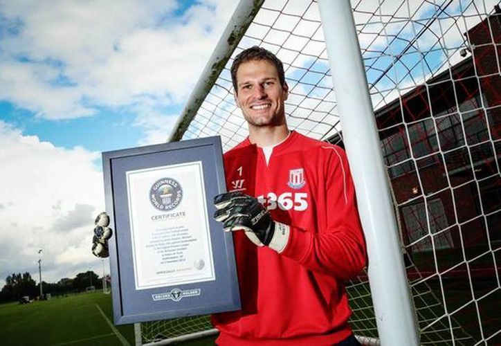 El guardameta del Stoke City, Asmir Begovic muestra el certificado de los Récords Guinness. (Twitter/Asmir Begovic)