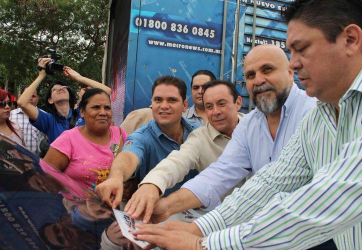 En la avenida José López Portillo iniciaron la colocación simbólica de calcomanías en las unidades. (Tomás Álvarez/SIPSE)