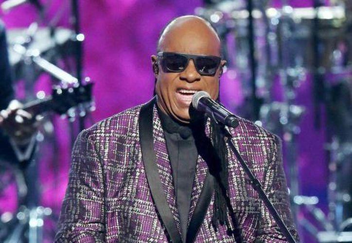 'Cada uno de los que están aquí tiene algo de negro. Todos ustedes tienen algún espíritu en su interior, así que dejen de negar su cultura', aseguró el cantante Stevie Wonder en Londres. ( (Photo by Matt Sayles/Invision/AP, Archivo)