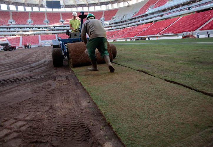 Dan los últimos toques a los estadios brasileños para la Copa Confederaciones. (Agencias)