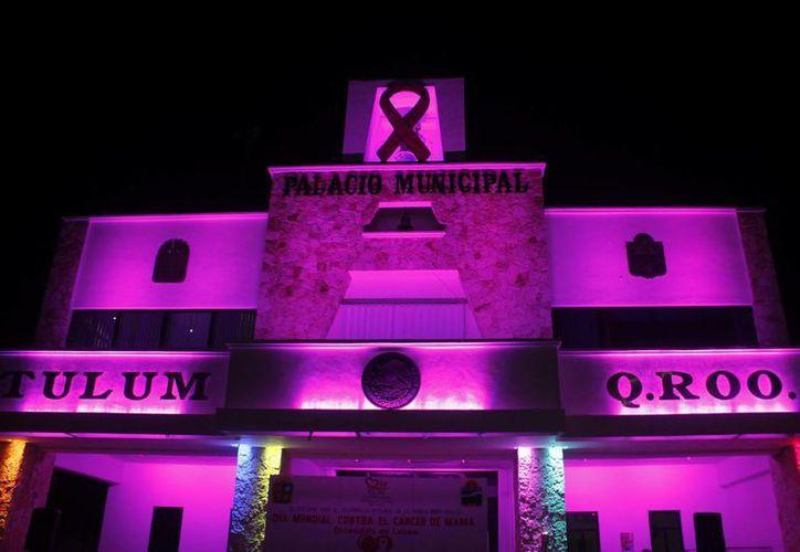 La presidenta del sistema DIF, la señora Evangelina Poot de Balam, realizó el encendido de las luces rosas. (Redacción/SIPSE)