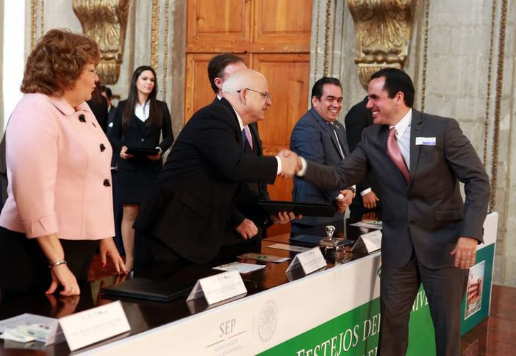 Manuel Carrillo Esquivel (d) recalcó que el 90 % de la matrícula estudiantil de los planteles de Conalep en Yucatán ha ingresado al SNB y en 2015 se cubrirá el 100 %. (Milenio Novedades)