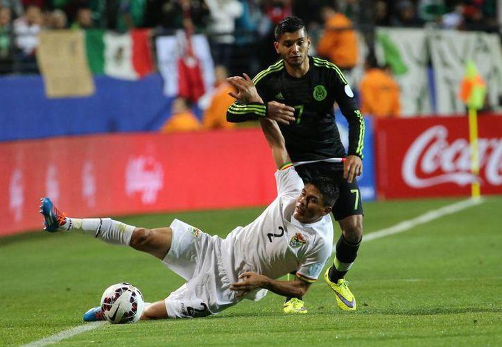 El Tri ya no es el gigante de Concacaf, de acuerdo al auxiliar técnico Santiago Baños. En la foto, el partido México 0-0 Bolivia, en el que jugó 'Tecatito' Corona (de negro), único seleccionado mexicano que también competirá en Copa América. (Notimex)