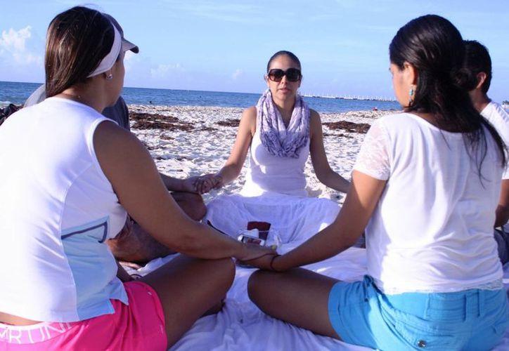 Cada martes un grupo de mujeres invita a otras personas a meditar frente al mar de Playa del Carmen.  (Octavio Martínez/SIPSE)