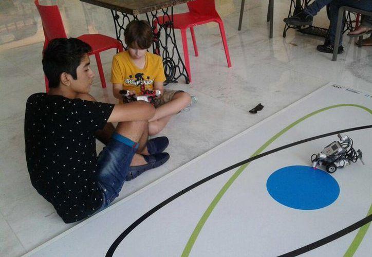 En el torneo se llevará a cabo la carrera de robots, donde se calificara, entre otras cosas, el equilibrio del robot. (Consuelo Javier/SIPSE)