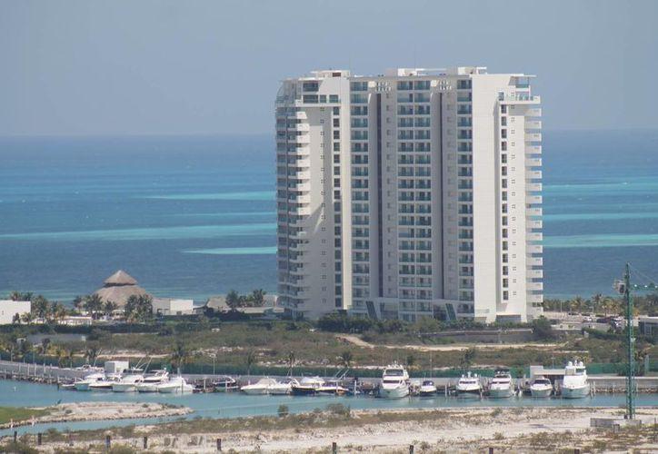 Contemplan la construcción de uno o dos hoteles en Puerto Cancún. (Jesús Tijerina/SIPSE)