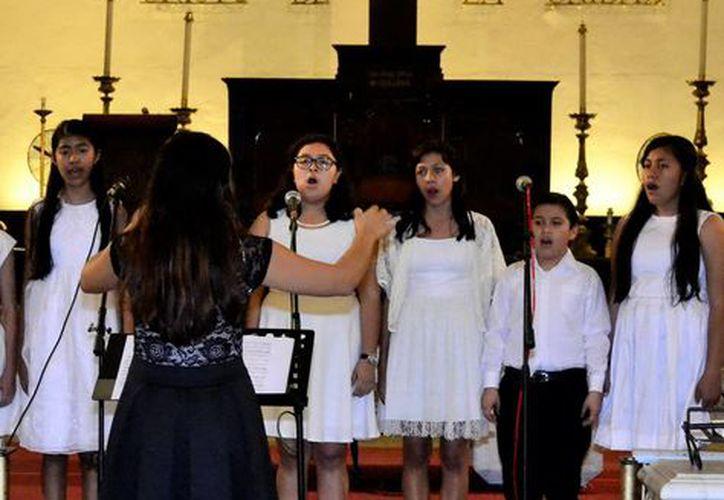 Los villancicos crean un ambiente festivo con la música en la Navidad. Image de un coro en la Catedral de Mérida. (Milenio Novedades)
