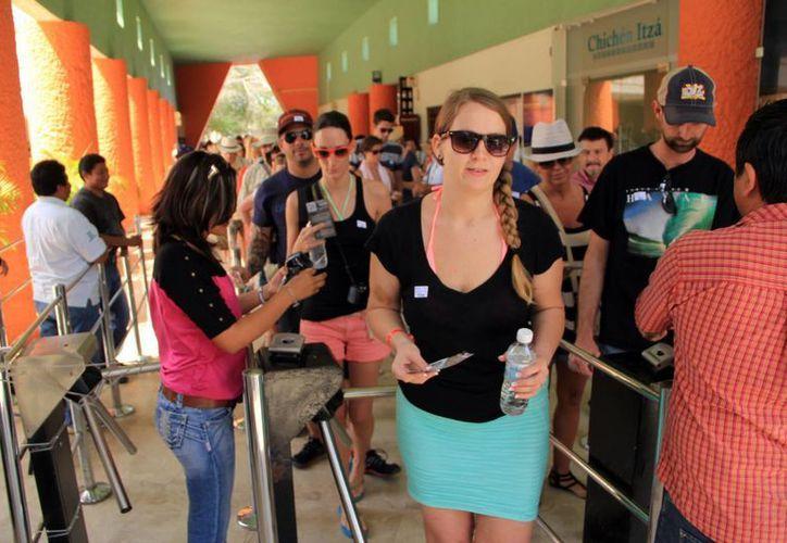 Desde el año pasado se ha marcado la tendencia de más visitas de turistas extranjeros que nacionales a las zonas arqueológicas yucatecas. (SIPSE)