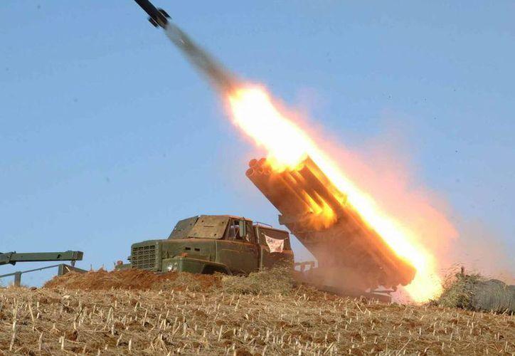 Fotografía de archivo de marzo de 2013 cedida por Rodong Sinmun de fuerzas militares norcoreanas lanzando un misil en una locación sin identificar en Corea del Norte. (EFE/Yonhap)