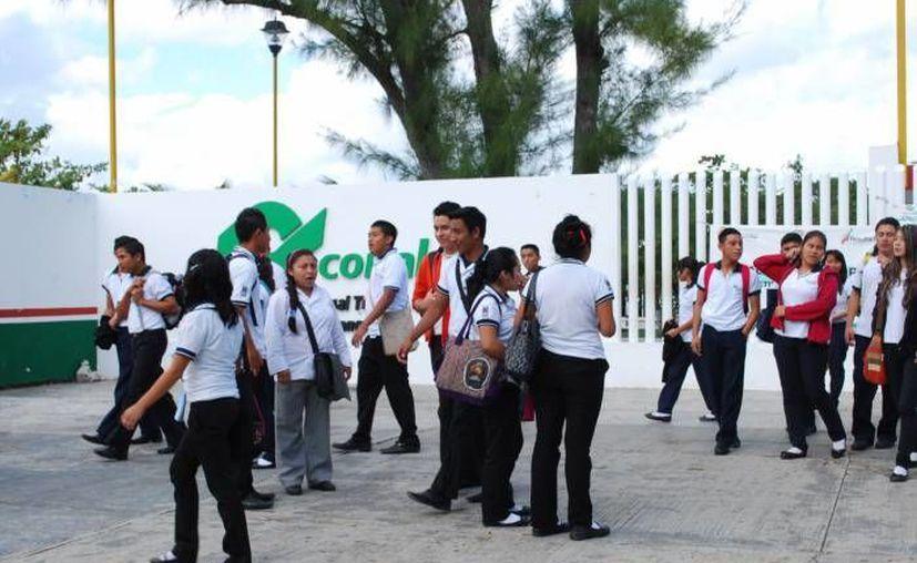 Los alumnos de Conalep también participaron en la jornada de apoyos en la Región 103. (Redacción/SIPSE)