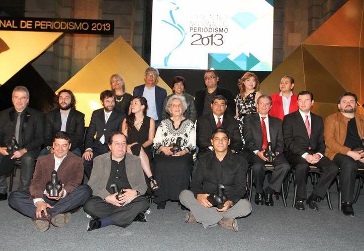 Además de la entrega del Premio Nacional de Periodismo, Elena Poniatowska (c) recibió una distinción honorífica. (Notimex)