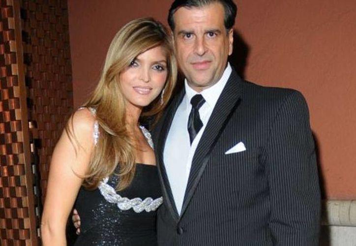 El empresario José María Fernández acompañado de su entonces esposa Ana Bárbara, durante un evento. El empresario divide su residencia entre Cancún y Los Cabos. (esmas.com)