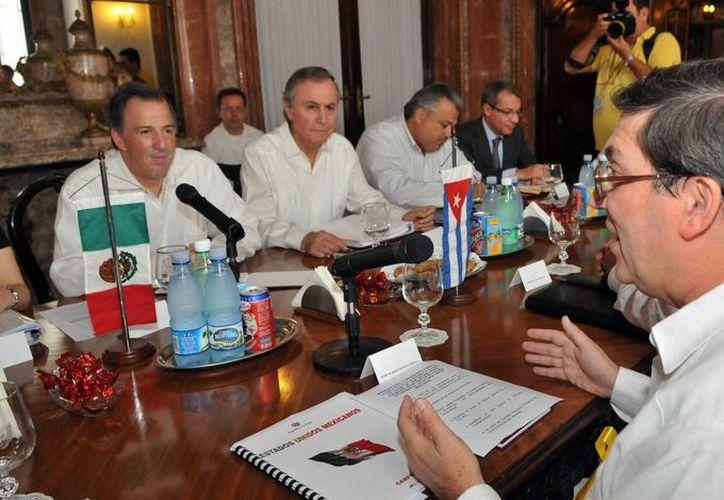 Bruno Rodríguez Parrilla (d) y su homólogo mexicano José Antonio Meade (i) hablan durante una reunión en la sede de la cancillería en La Habana. (EFE)