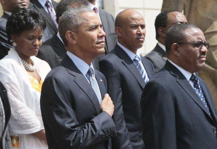El presidente Barack Obama (i) y el primer ministro de Etiopía, Hailemariam Desalegn (d), hacen una guardia de honor en el palacio nacional en Adís Abeba, durante el primer día de la visita del mandatario norteamericano al país africano. (AP)