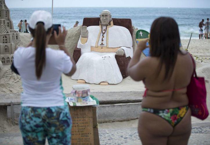 Los jóvenes menos religiosos aprovechan la oportunidad de ir a la playa carioca mientras inicia el encuentro con el Papa. (Agencias)