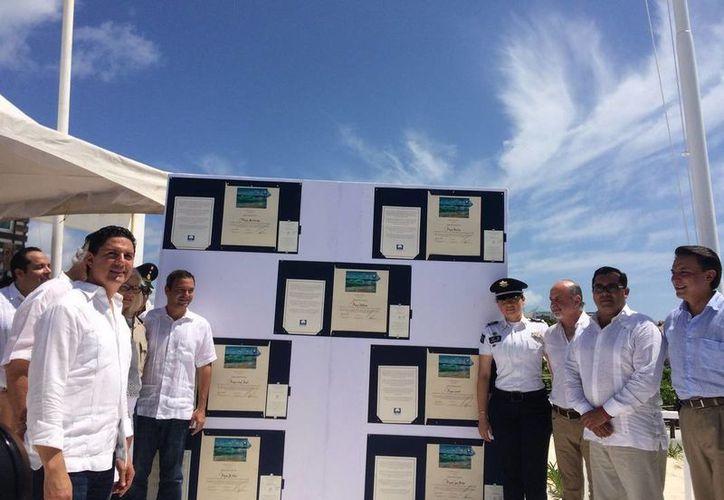 El izamiento simbólico se realizó en la playa Delfines de Cancún. (Redacción/SIPSE)