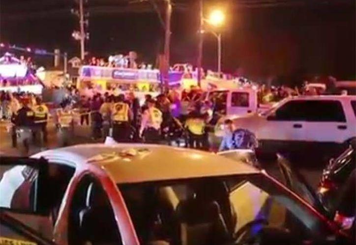 Un vehículo se accidentó contra una multitud en un desfile en calles de Nueva Orleans. (Captura de imagen de video de Youtube)