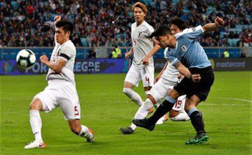 Los fogonazos de Suárez no se hicieron esperar, pero su gol lo metió de penal (Foto: @Uruguay)