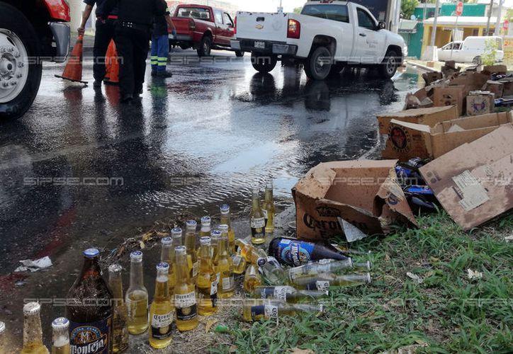 """Una camión que llevaba cervezas """"tiró"""" varias cajas en una glorieta del anillo periférico. (Fotos: Jorge Pallota/SIPSE)"""