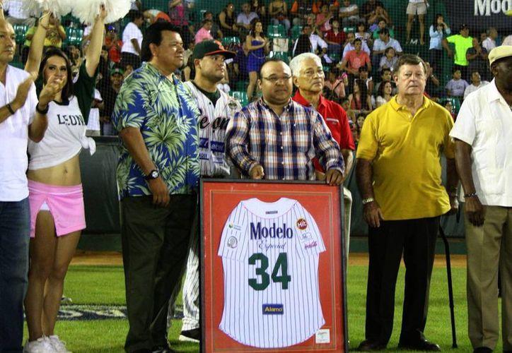 Fernando Valenzuela se mostró emocionado por el festejo. (José Acosta/SIPSE)