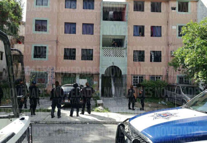 Policías municipales ingresaron en un departamento de la Supermanzana 48. (Eric Galindo/SIPSE)
