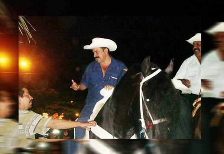 Ramírez Villanueva, mejor conocido como 'el alcalde dadivoso', en 2008 ganó la alcaldía de San Blas, en su toma de protesta arribó en un caballo pura sangre. (Salvado Arellano/Milenio)