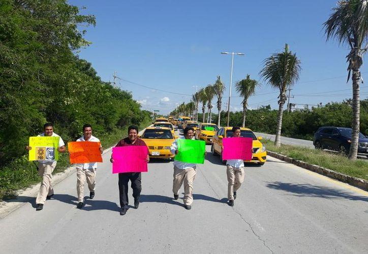 Realizan manifestación taxistas en el sur de Quintana Roo. (Foto: Joel Zamora)