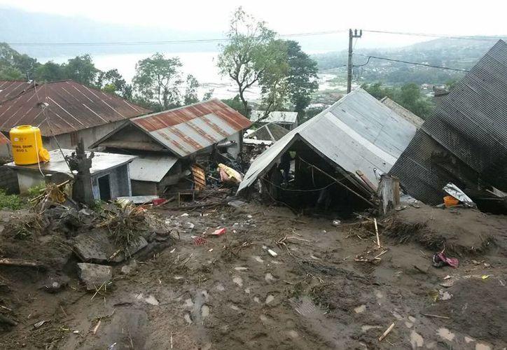 Foto de las casas que quedaron enterradas debido al deslave en la aldea Songan en la isla de Bali. (AP)