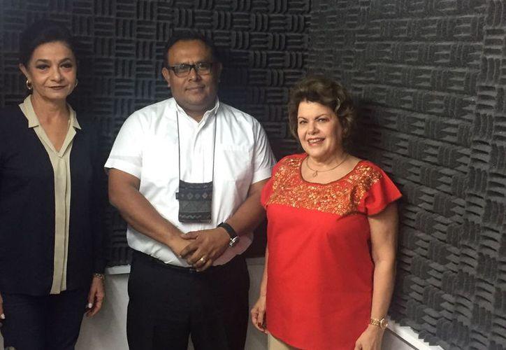El padre Hilario García, invitado al programa, flanqueado por Marilis Escalante y Alis García. (Milenio Novedades)