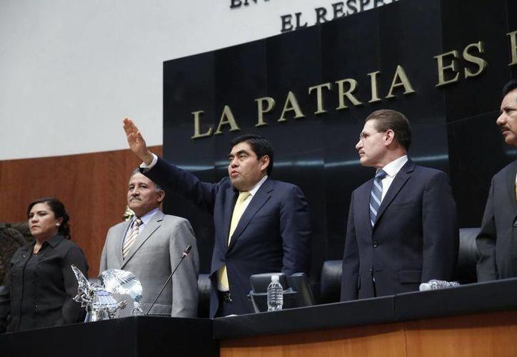 El perredista Miguel Barbosa (foto) toma posesión como presidente del Senado. Otro perredista, Silvano Aureoles, fue nombrado hace unos días presidente de la Cámara de Diputados. (Notimex)