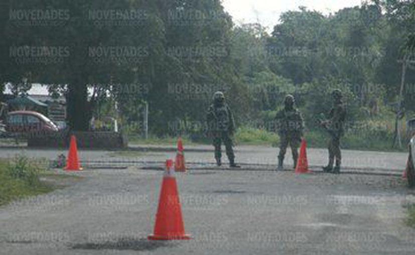 Elementos de la Guardia Nacional resguardan las inmediaciones del aeropuerto de Mahahual, luego del resguardo de una aeronave que presuntamente tiene droga en el interior.